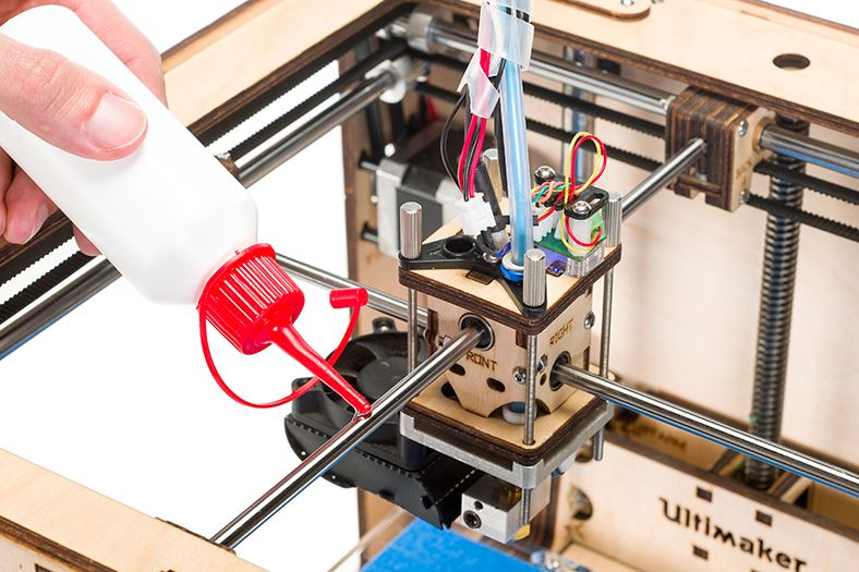 Lubricating_the_UltimakerOriginal_axles_Applying_sewing_machine_oil.jpg