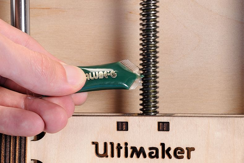 Lubricating_the_UltimakerOriginal_axles_Applying_magnalube.jpg