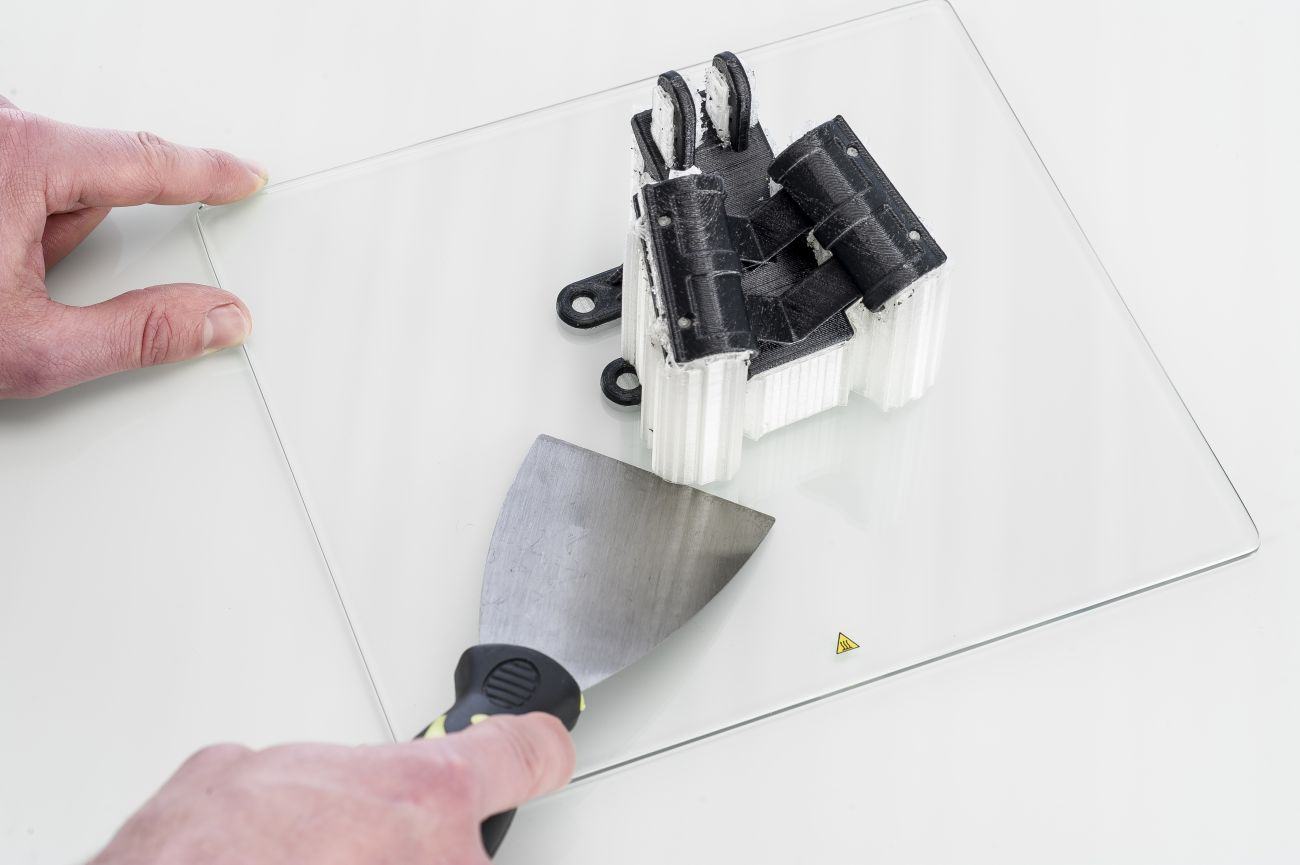 How_to_remove_print_from_build_plate_Using_spatula_to_remove.jfif